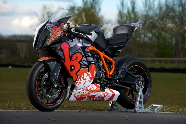 travelling doctor uses ktm rc8 r power for rapid response